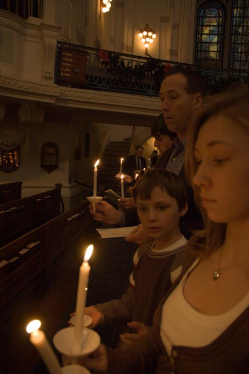 Family_candlelight_service_2